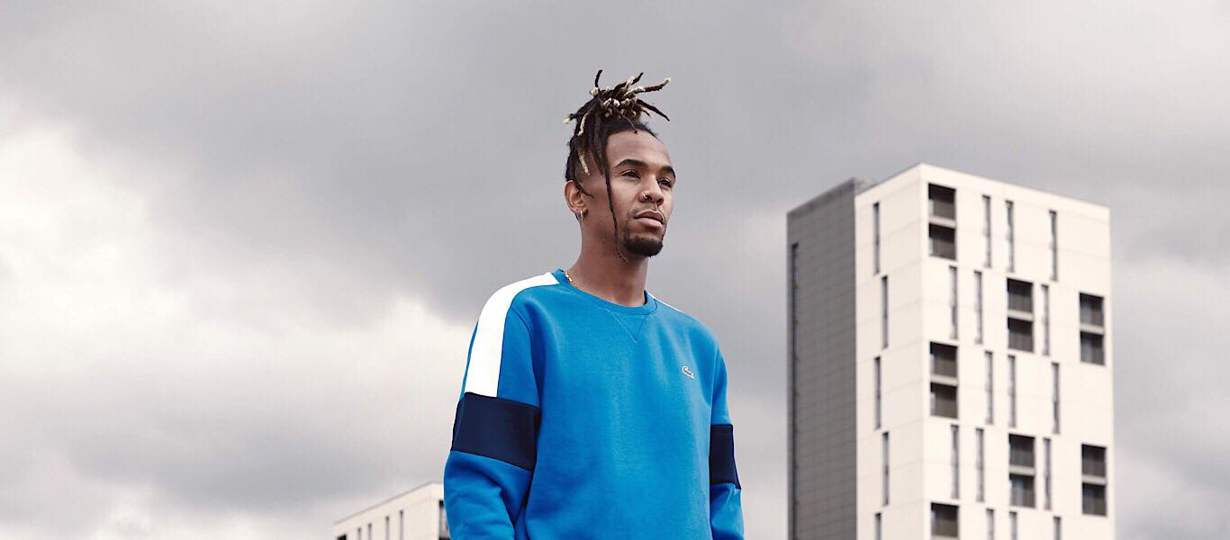 Mann in Lacoste Pullover