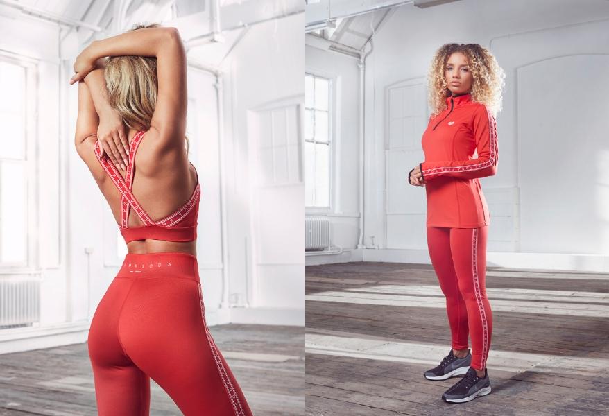 Eine Frau im Fitnessstudio in ihrem roten Pink Soda Sport Outfit