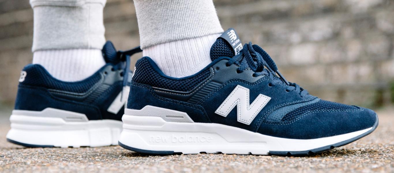 New Balance 997H in Blau, getragen am Fuß mit weißen Socken